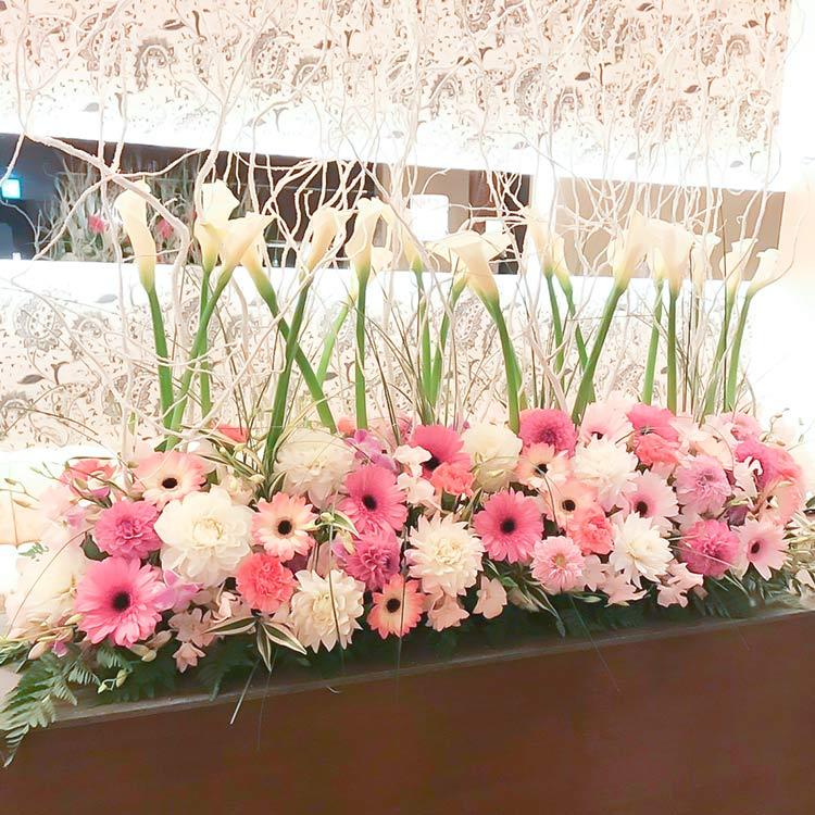 カラーとピンク色の花の店舗ディスプレイ置き型