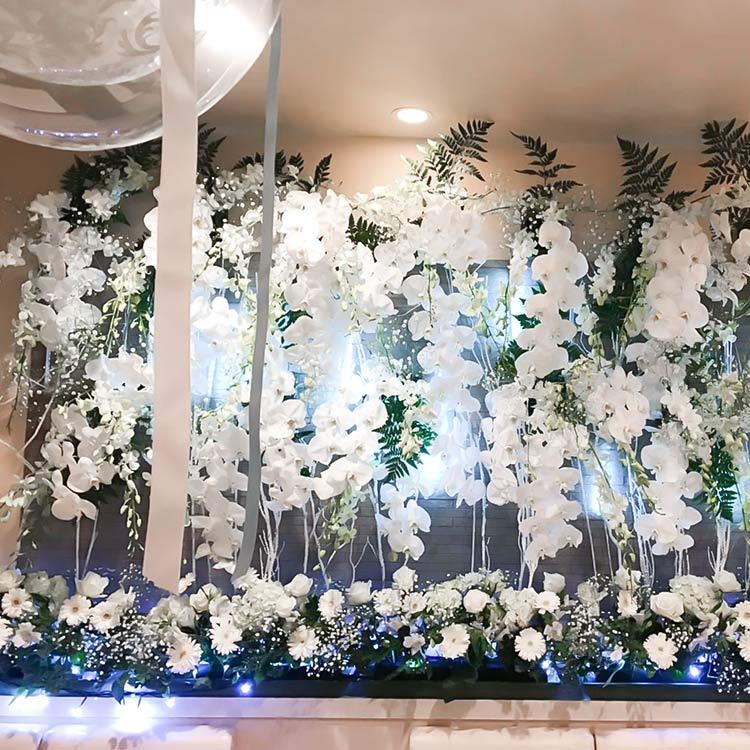 白い花のディスプレイ壁面全体
