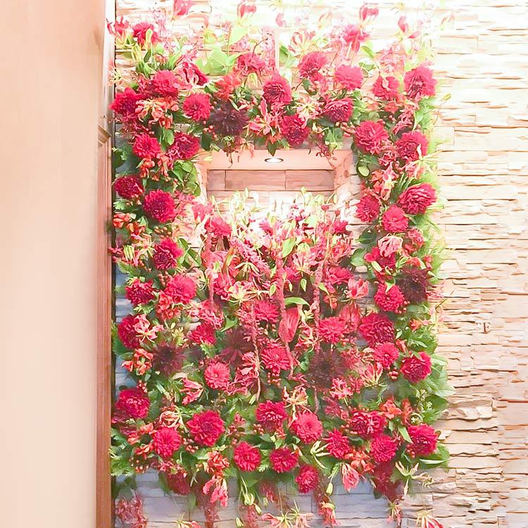 赤い花の壁掛けアレンジ